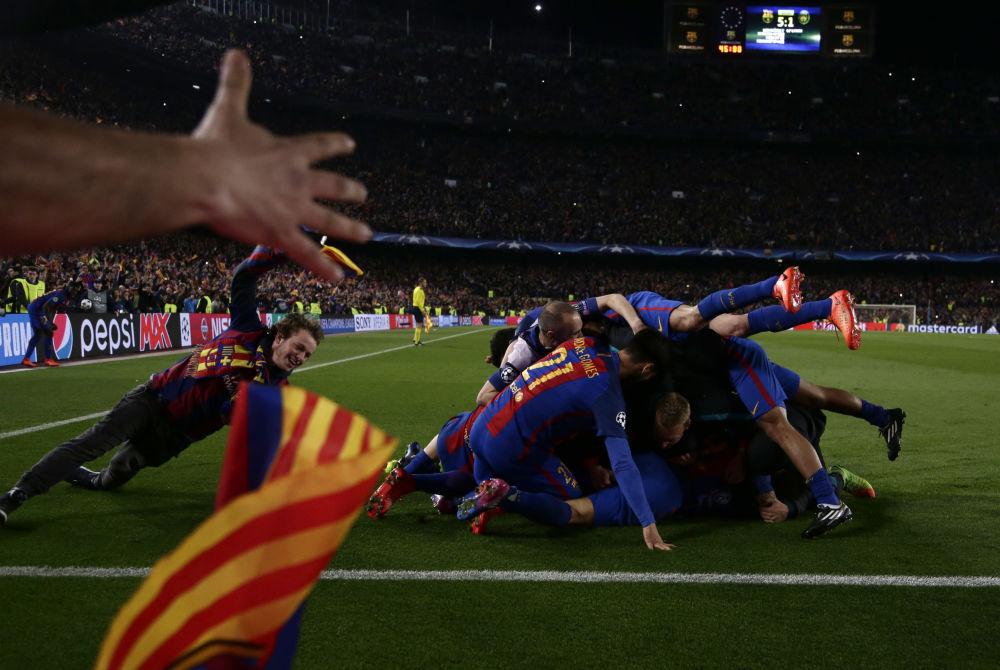Los jugadores del FC Barcelona celebran la victoria sobre el PSG en los octavos de final de la Liga de Campeones