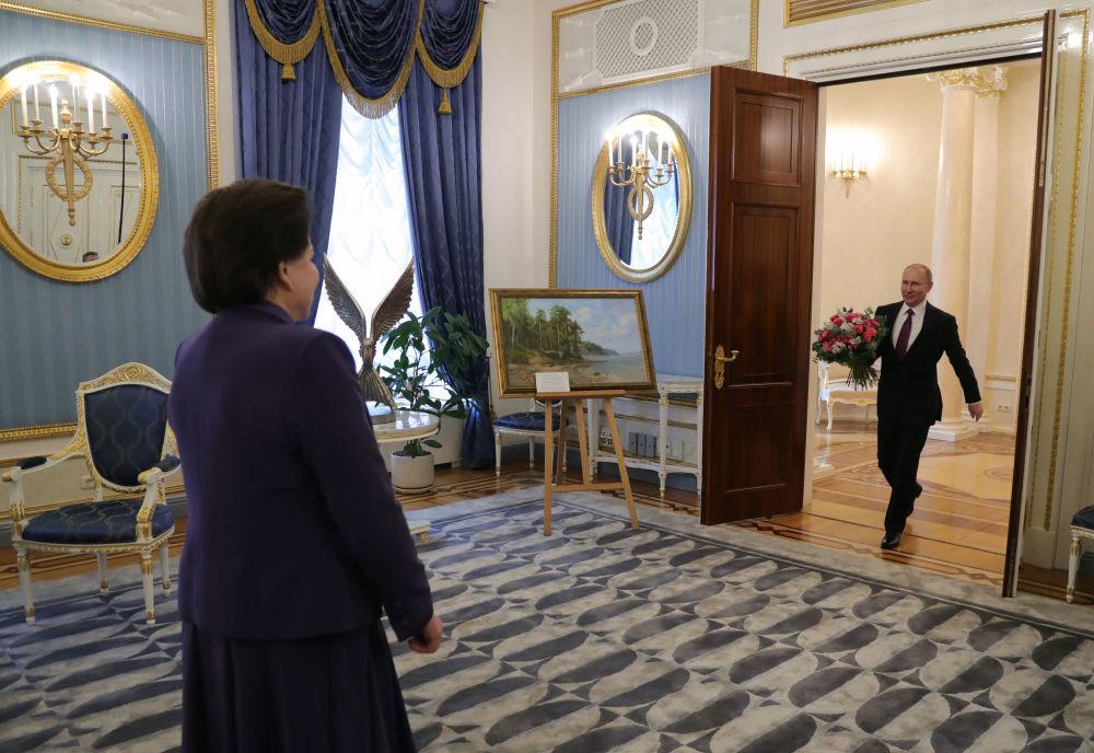 El presidente de Rusia, Vladímir Putin, felicita por su cumpleaños a la primera mujer cosmonauta del mundo, Héroe de la Unión Soviética y diputada de la Duma, Valentina Tereshkova