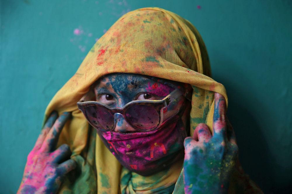 Una participante del festival Holi, fiesta de la primavera hindú, en la ciudad de Barsana, la India