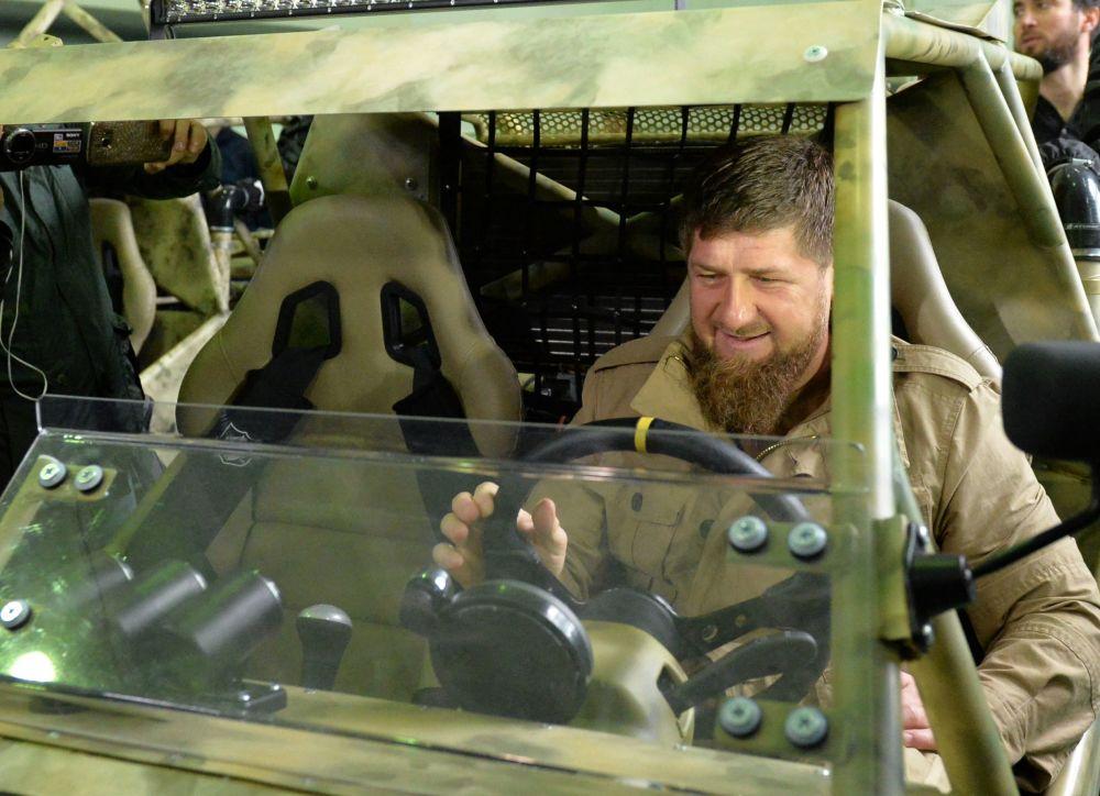 El jefe de la república de Chechenia, Ramzán Kadírov, examina un 'Chaborz-M3' en una planta