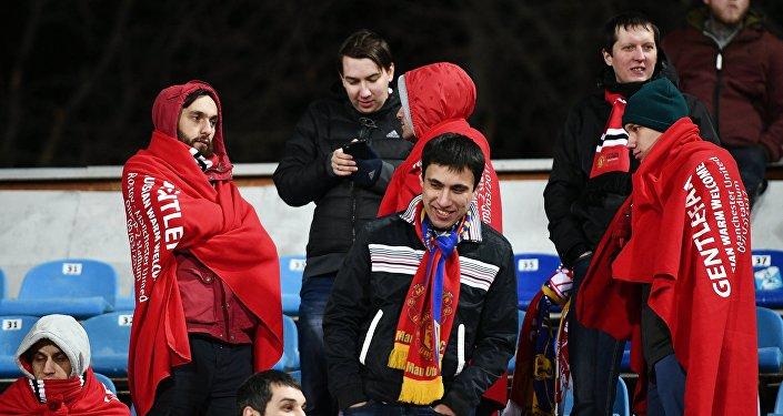 Los hinchas del Manchester United con las mantas 'Gentlefan. Russian warm welcome'