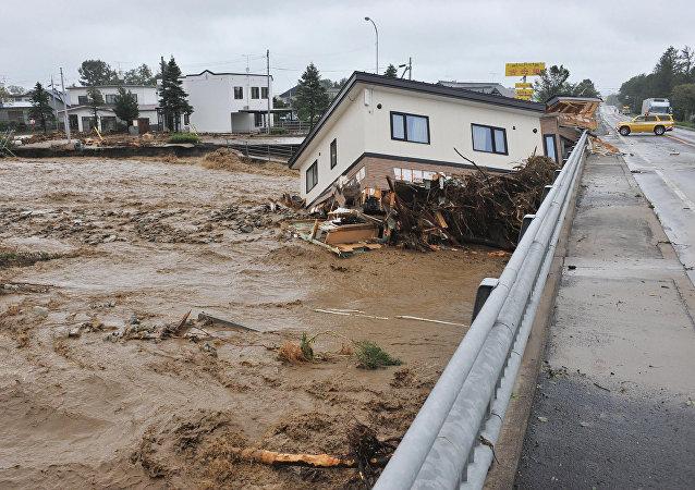 Una casa barrida por un río en la ciudad de Shimizu en la prefectura de Hokkaido, después de que el tifón Lionrock atacara durante la noche