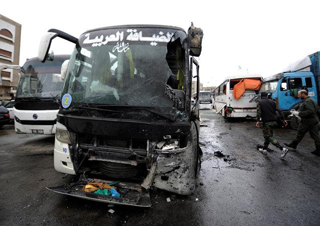 Los autobuses dañados en el lugar del atentado en Damasco