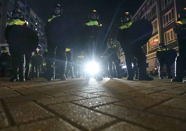 La policía de Róterdam frente del consulado general de Turquía