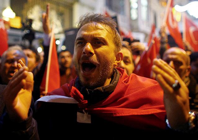 Manifestantes cerca del consulado general de los Países Bajos en Estambul