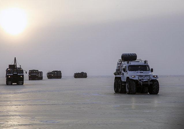 Vehículos militares rusos cruzan el mar de Láptev