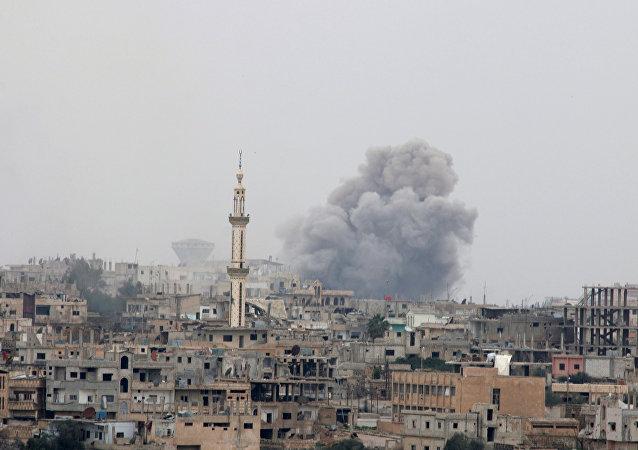Humo después de un bombardeo en Deraa, Siria (archivo)