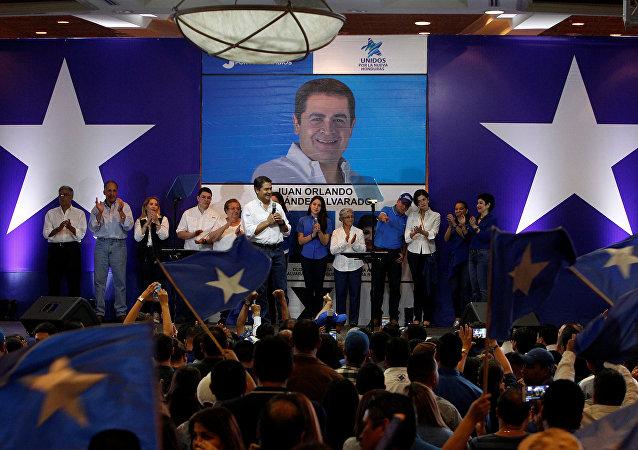 Juan Orlando Hernández da un discurso a los partidarios después de las primarias