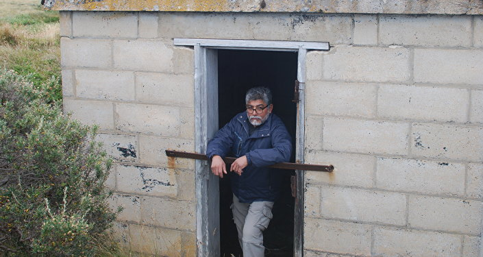 El excombatiente Armando González en un refugio donde permaneció algunos días durante la Guerra de Malvinas