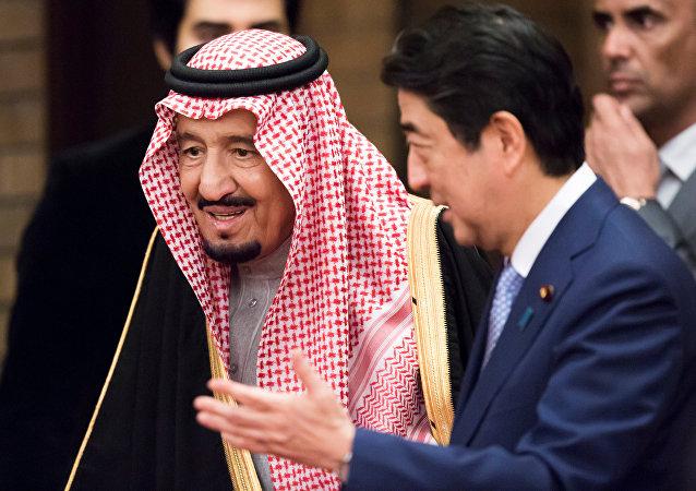Salmán bin Abdulaziz, rey de Arabia Saudí y Shinzo Abe, primer ministro de Japón