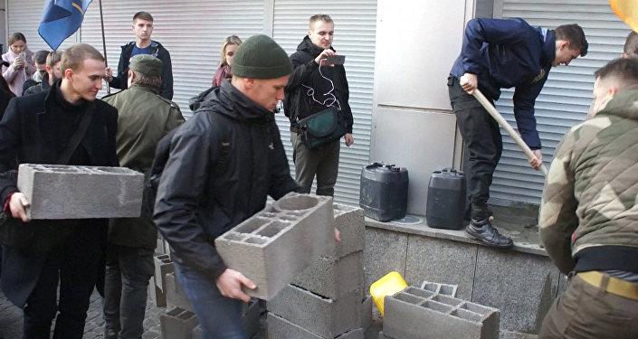 Espuma de poliuretano y bloques de hormigón: cómo bloquean Sberbank en Kiev