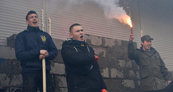 Activistas radicales taparan con bloques de hormigón la entrada a la oficina del ruso Sberbank en Kiev