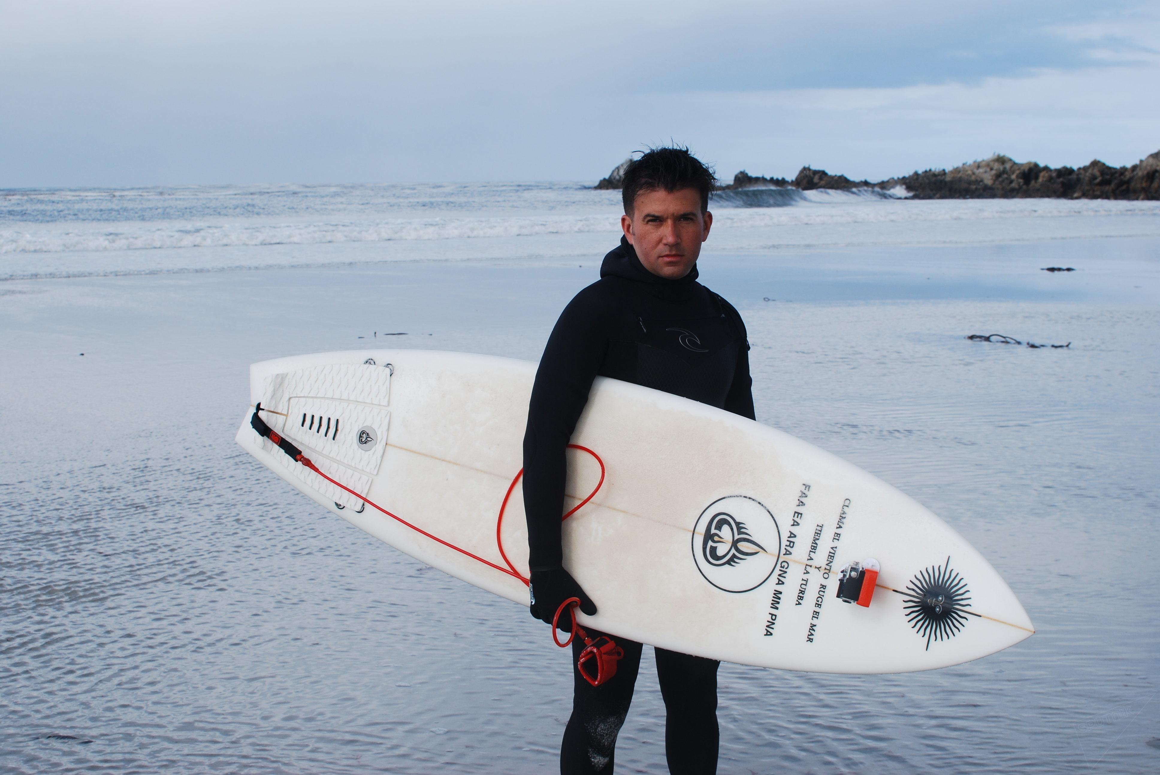 Ezequiel Martel surfea en Malvinas