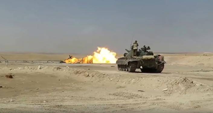 Un tanque T-62 ayuda a extinguir las llamas de un pozo de gas en Siria (archivo)