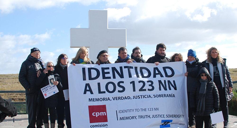 La comitiva argentina en el Cementerio de Darwin