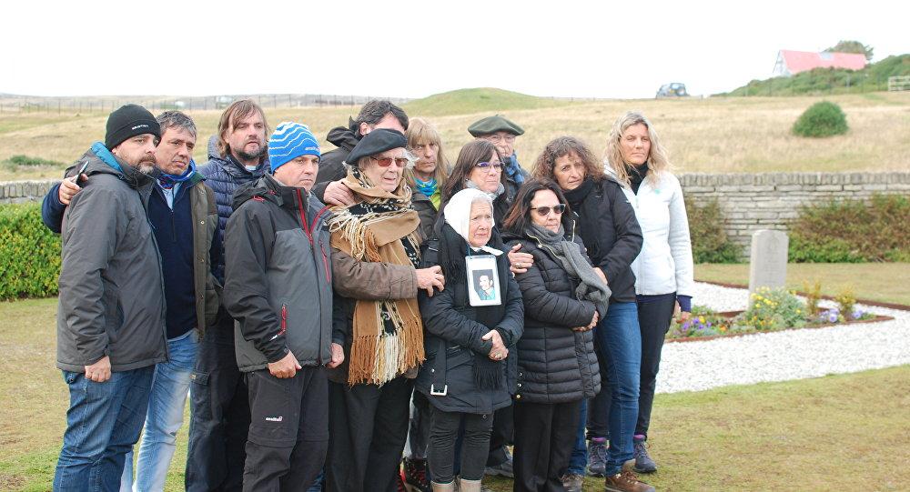 Comitiva argentina en Cementerio de San Carlos, donde yacen los soldados británicos