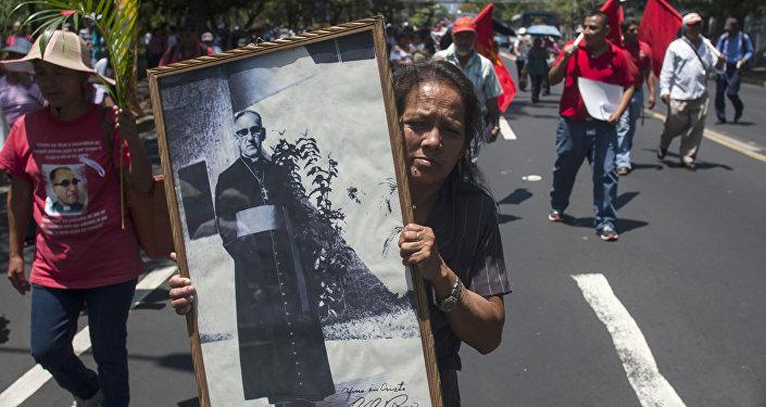 Mujer con un retrato de Oscar Arnulfo Romero (archivo)