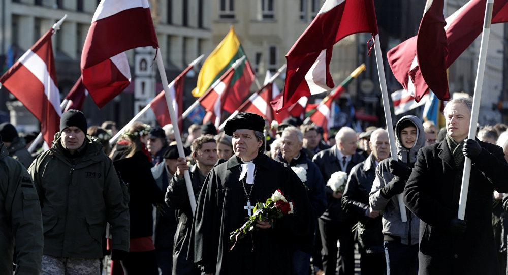 Veteranos de la organización nazi Waffen-SS marchan en Letonia