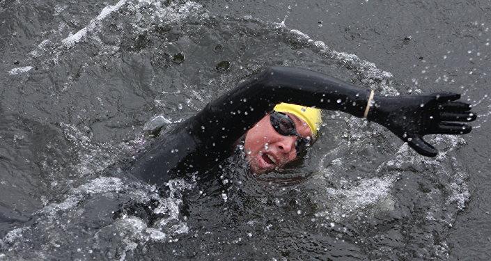 El excombatiente Sergio Corani llega nadando a las Islas Malvinas
