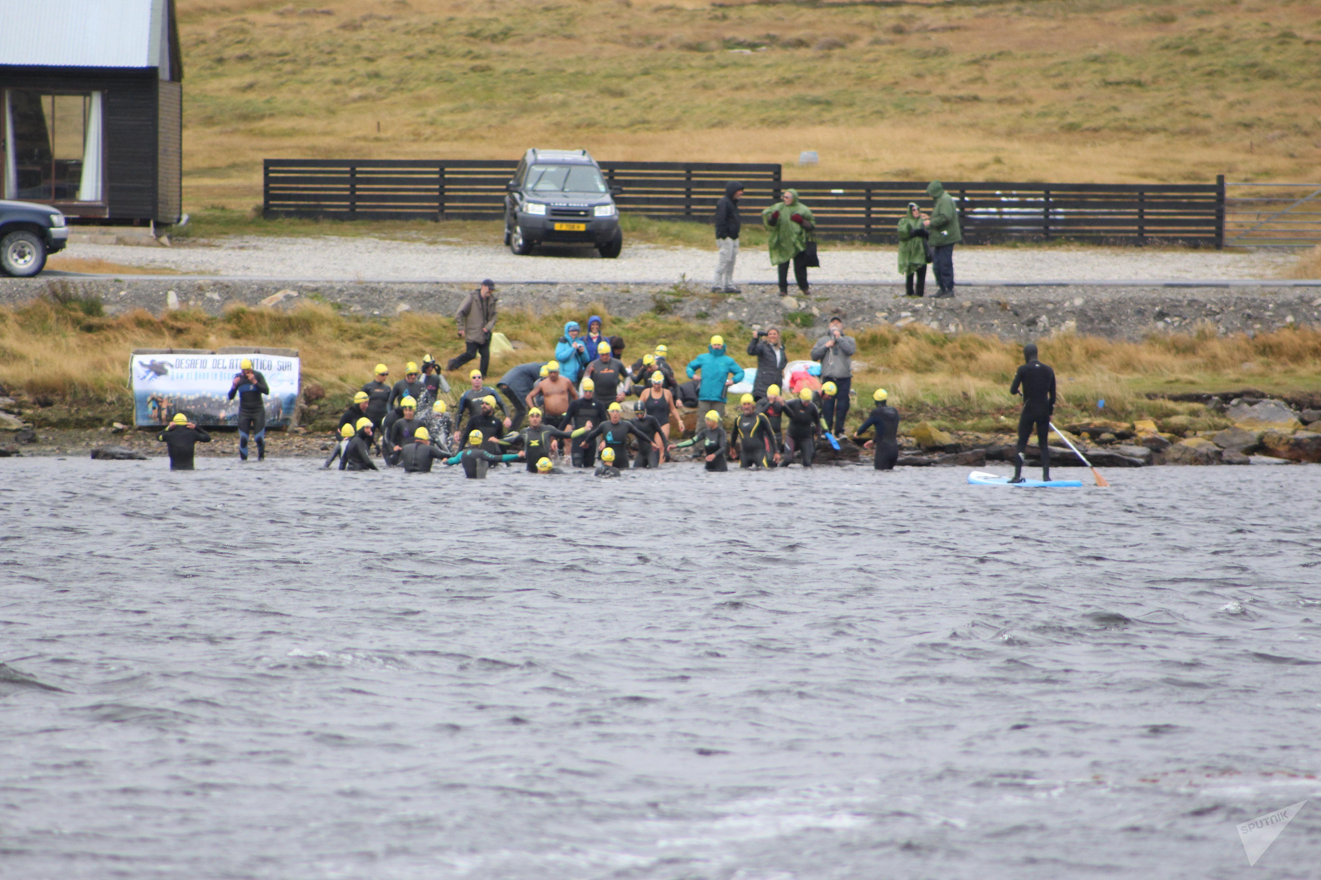Nadadores de la Fundación No Me Olvides llegan a Malvinas tras una carrera para exigir la identificación de los 123 NN argentinos en las islas.