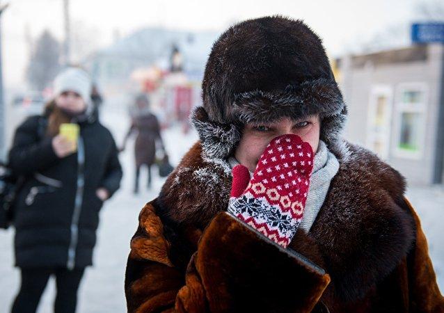 Mujer protege su nariz ante el frío