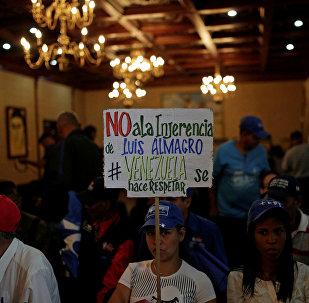 Manifestantes a favor del Gobierno en Venezuela critican interferencia internacional.