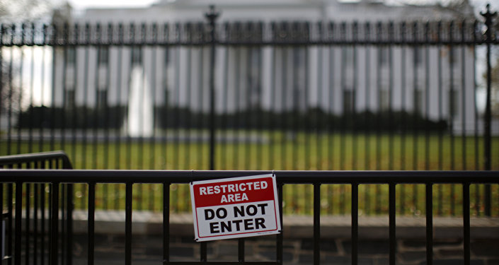 Una señal de zona restringida fuera de la Casa Blanca en Washington