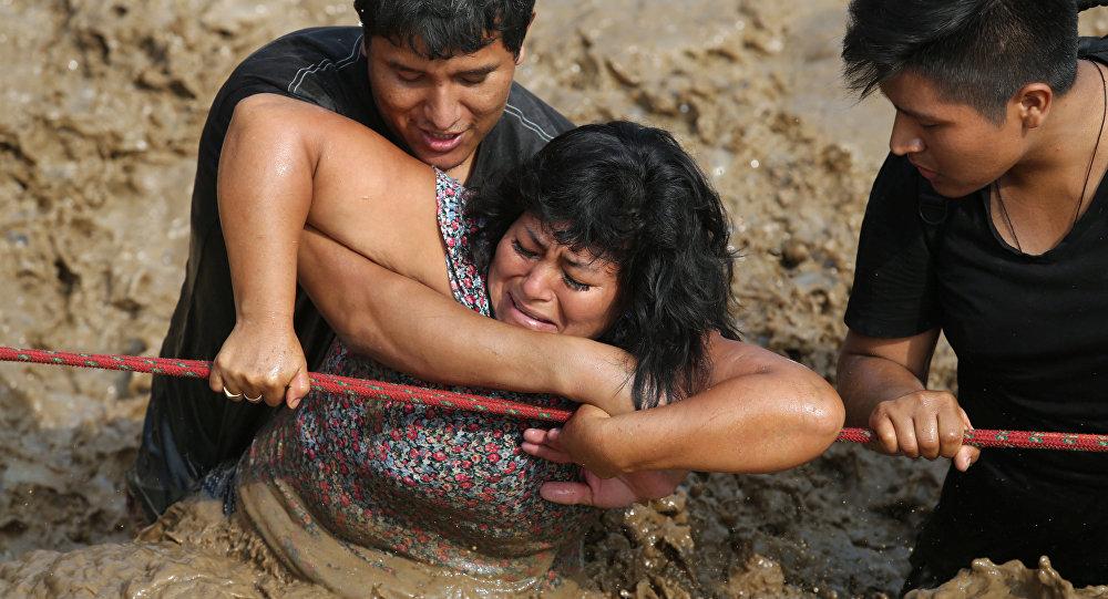 Una mujer es rescatada durante las lluvias que azotaron Huachipa, Perú (archivo)