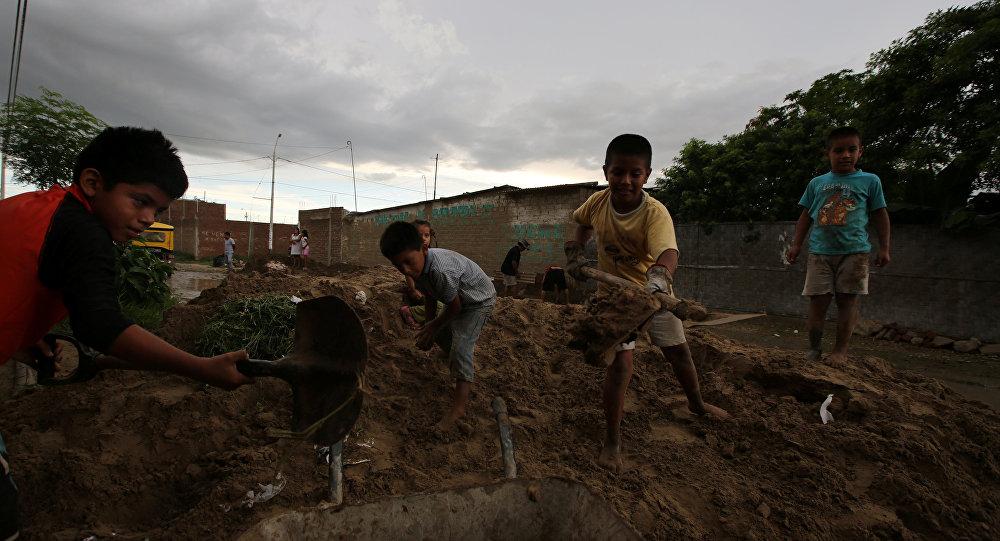 Niños con palas y carretilla trabajando