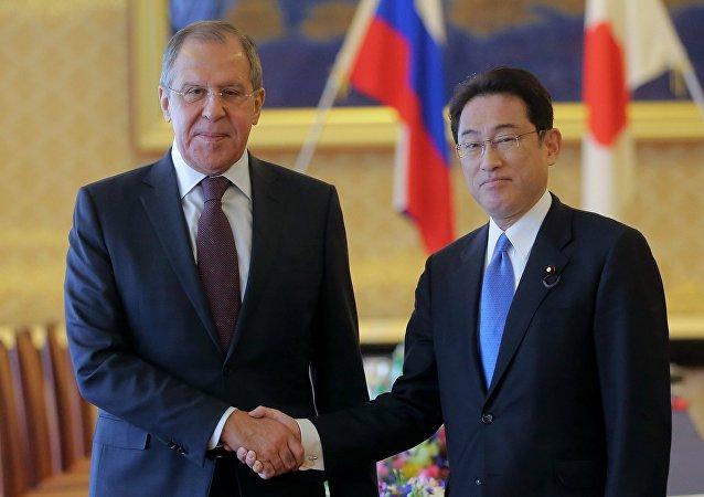 Ministro de Asuntos Exteriores de Rusia, Serguéi Lavrov, y ministro de Exteriores de Japón, Fumio Kishida (archivo)