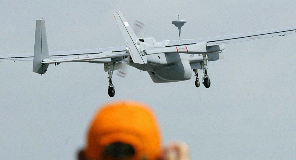 Un hombre haciendo una foto de un dron (archivo)