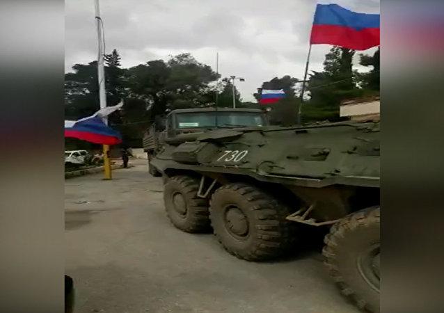 Vehículos blindados militares con bandera rusa llegan a Siria