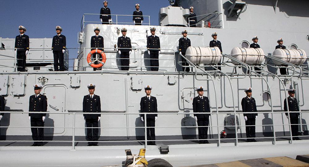 Oficiales chinos de la 24a marina china son vistos a bordo de un destructor de Harbin