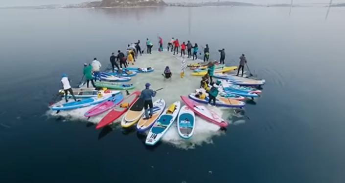 Más de 30 rusos surfean en un bloque de hielo