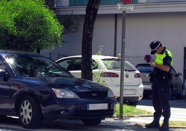 Un policía emite una multa