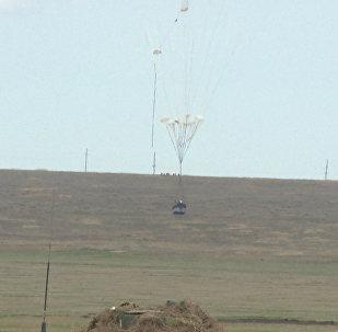 Un equipo militar se lanza en paracaídas: maniobras en Crimea (vídeo)