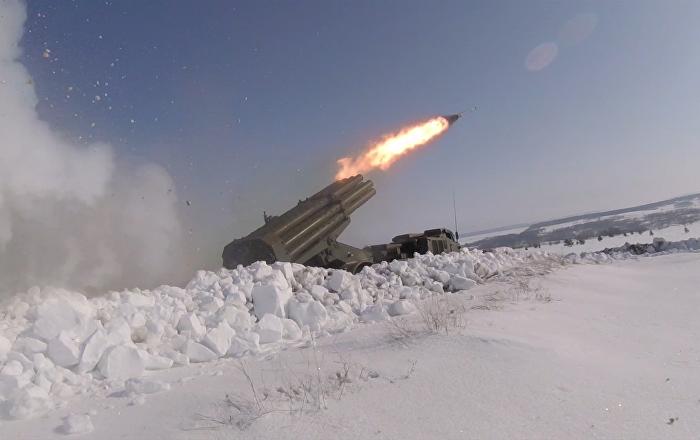 Los lanzacohetes múltiples Grad y Uragan se miden en los cielos de Rusia