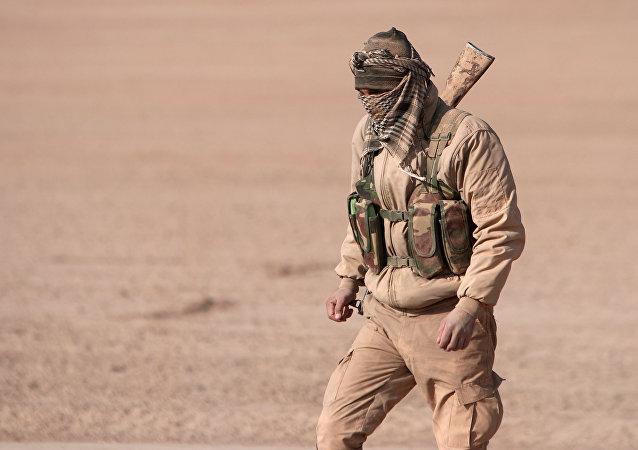 Un combatiente de las Fuerzas Democráticas de Siria (FDS)