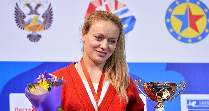 Margarita Gurtsieva al ganar una medalla de oro en el Campeonato de Sambo de Europa en Kazán