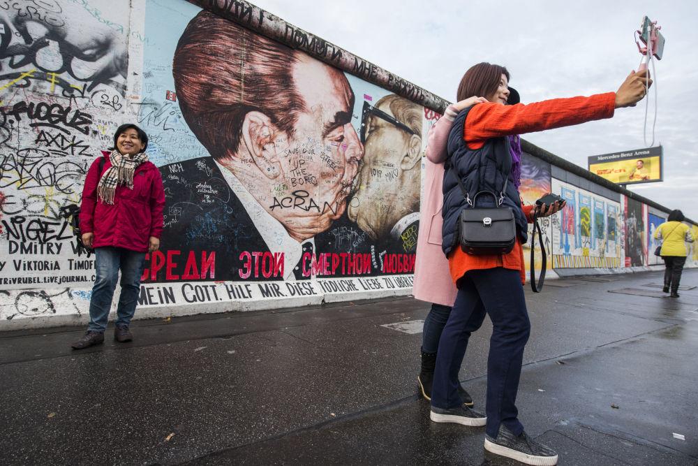 Grafiti del beso entre Leonid Brézhnev y Erich Honecker en Berlín