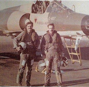Brigadier Horacio Mir González junto a otro piloto