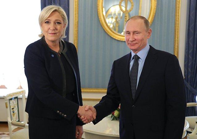 Marine Le Pen, líder del Frente Nacional, y Vladímir Putin, presidente de Rusia