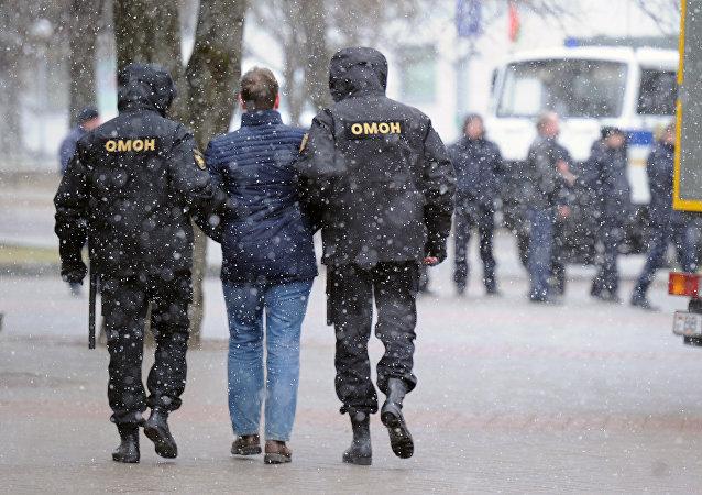 La policía detiene a un protestante en Minsk, el 25 de marzo de 2017