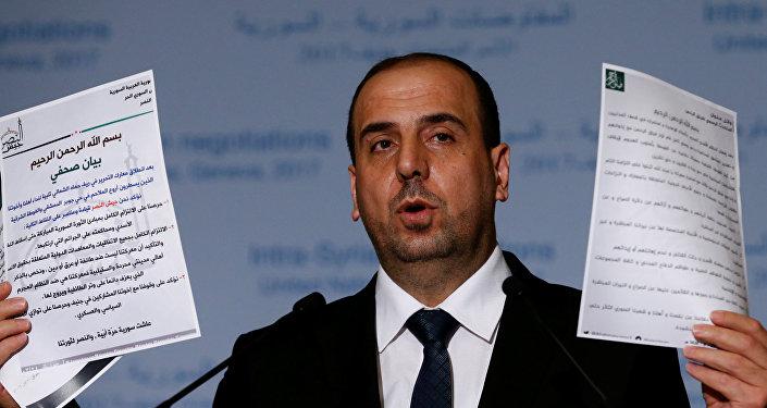 Naser Hariri, jefe de la delegación del ACN, con los documentos