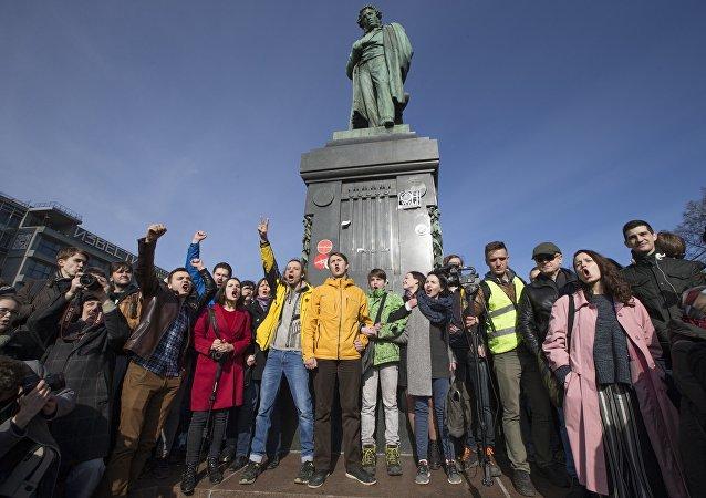 Manifestación contra la corrupción en una de las plazas centrales de Moscú, el 26 de marzo