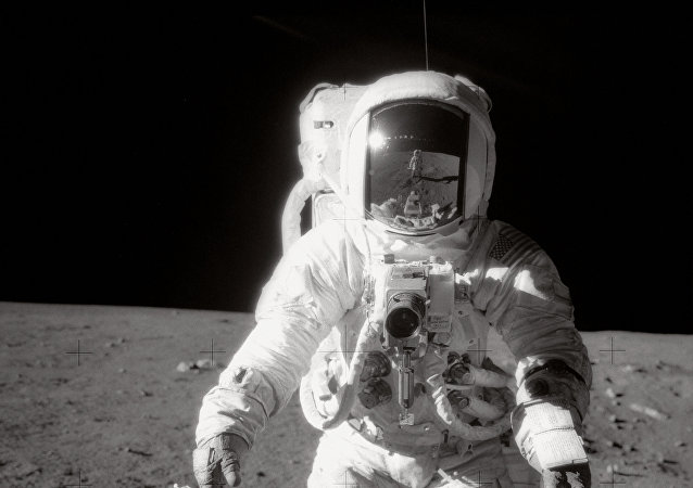Astronauta Alan Bean camina sobre la Luna