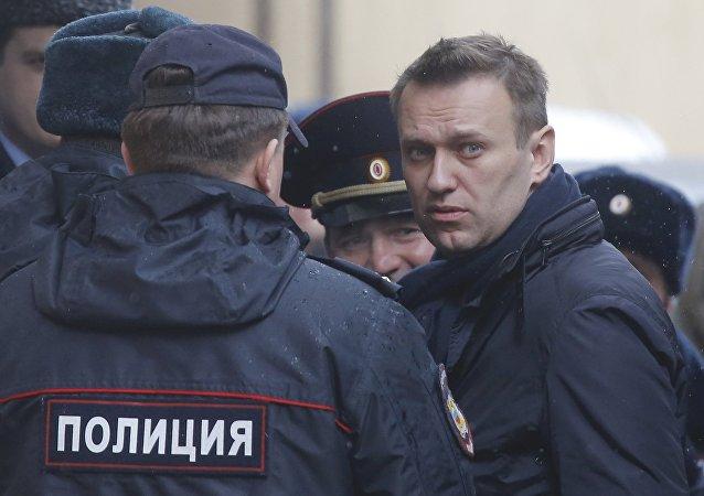 Alexéi Navalni, opositor ruso, rodeado por policías (archivo)
