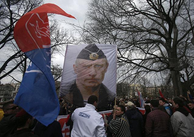 Protestantes serbios con una imagen de Vladímir Putin (archivo)