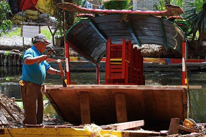 Don Demetrio Cortés Romero trabaja en la construcción de una trajinera