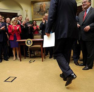 Donald Trump entra en la sala Roosevelt de la Casa Blanca, 28 de marzo de 2017